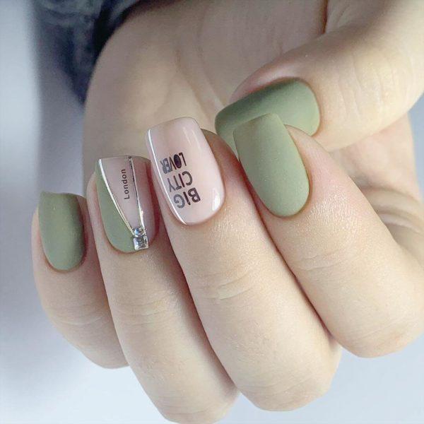 Светло-зеленый маникюр с надписями