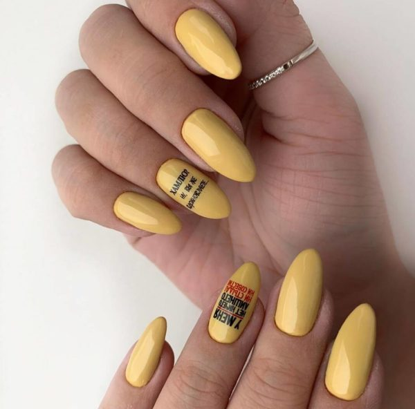 Желтый маникюр с надписями