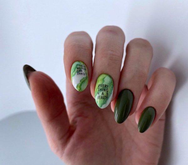 Зеленый маникюр с надписями