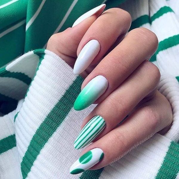 Зеленый маникюр с полосками на длинные ногти