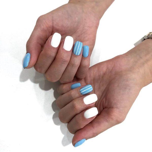 Голубой маникюр с полосками
