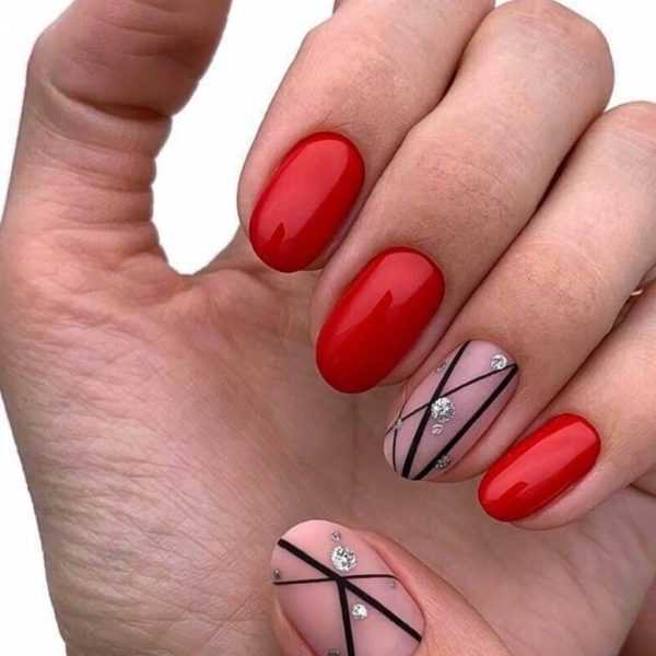 Идея короткого маникюра с полосками на короткие ногти