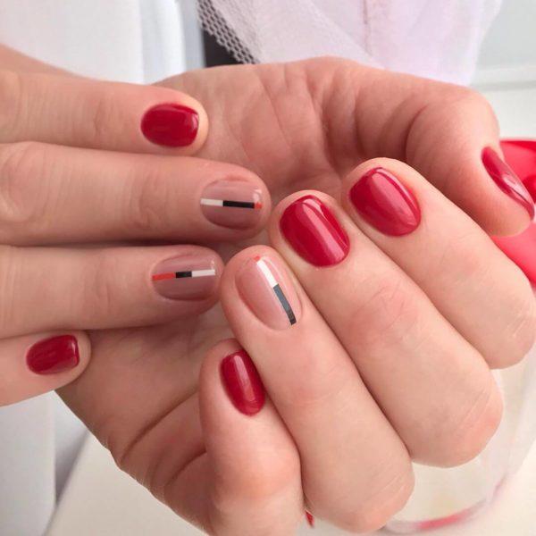 Красный маникюр с полосками на короткие ногти