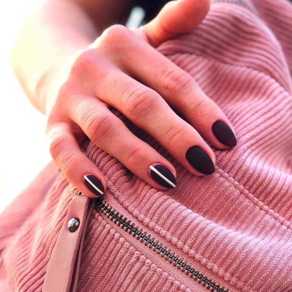 Матовый маникюр с полосками на короткие ногти