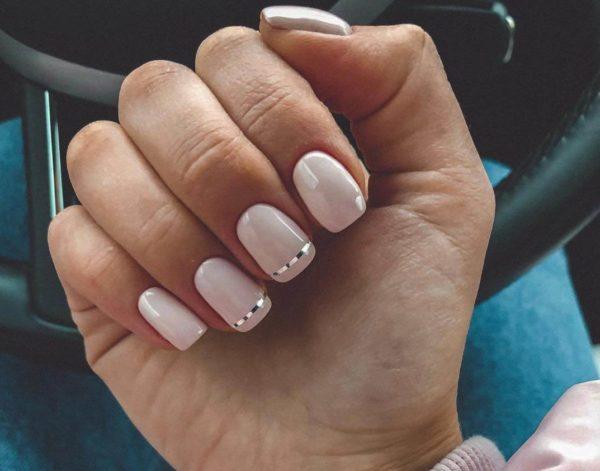 Светлый маникюр с полосками на короткие ногти