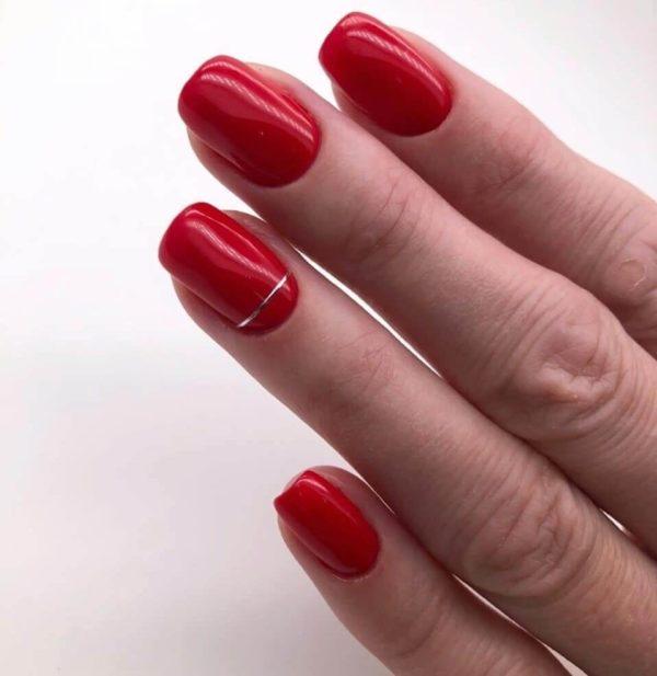 Маникюр с полосками в красном цвете