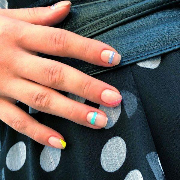 Маникюр с полосками в разных цветах