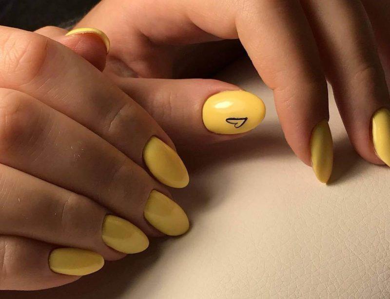 Яркий желтый маникюр с сердечком