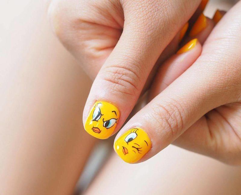 Желтый маникюр с улыбками