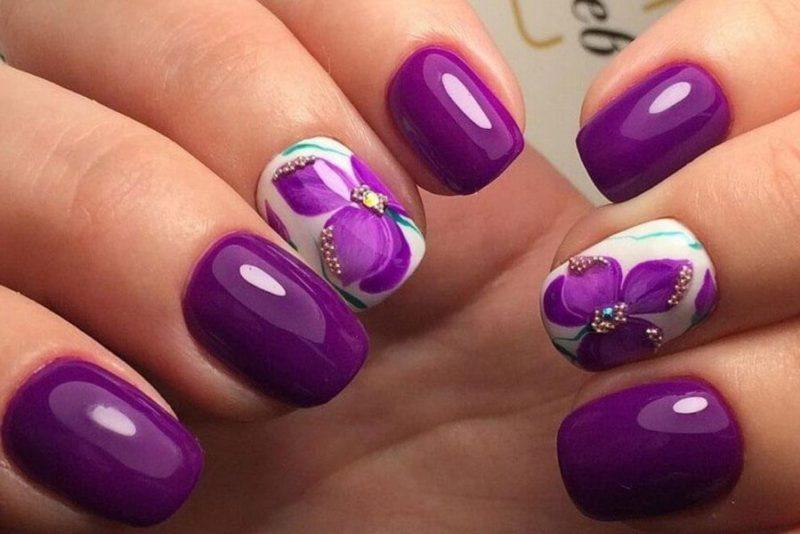 Фиолетовый маникюр на короткие ногти с цветками