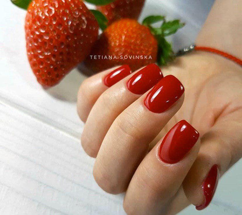 Шикарный красный клубничный маникюр на коротких ногтях