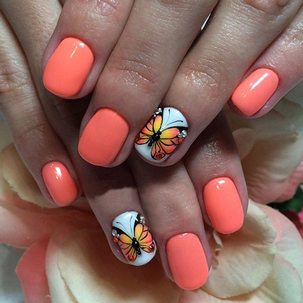 Маникюр с бабочками и стразами