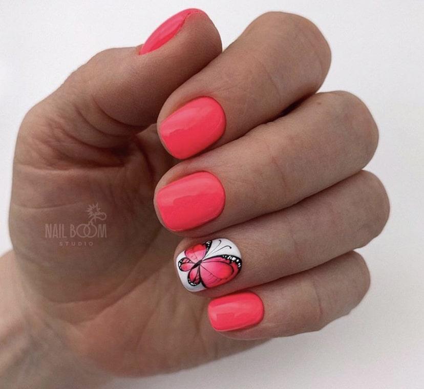 маникюр с бабочками на коротких ногтях