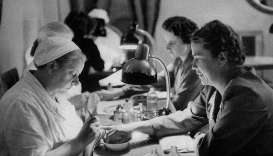 Когда появились первые мастера маникюра и педикюра