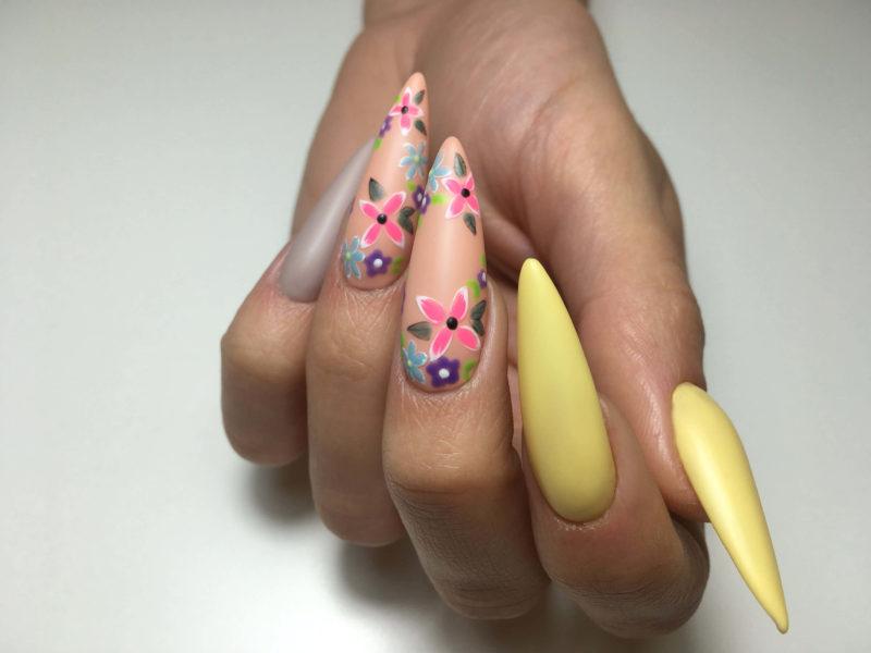 Матовый желтый дизайн на длинных ногтях