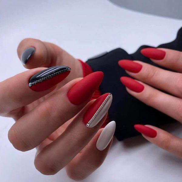 Красно-белый с черным матовый маникюр