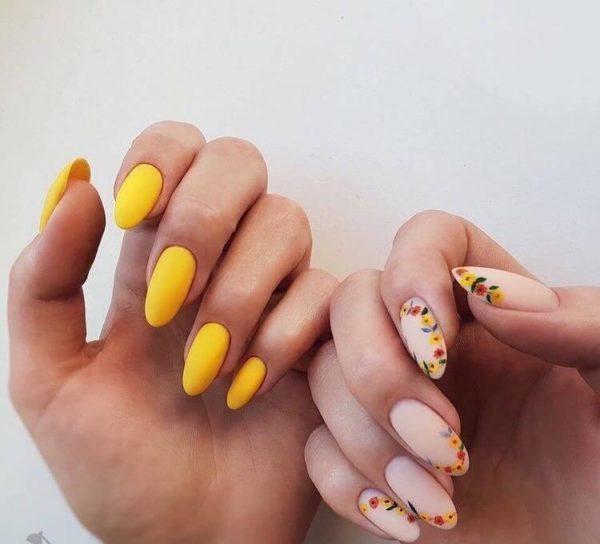 Желтый матовый маникюр с цветами
