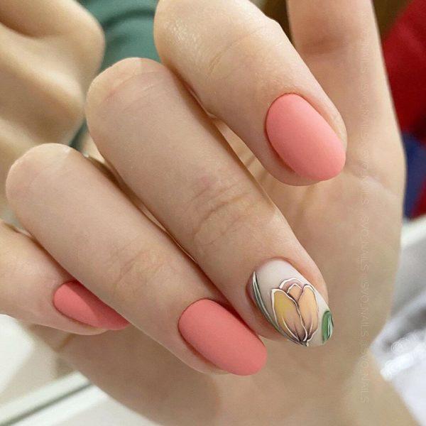 Персиковый матовый маникюр с цветами