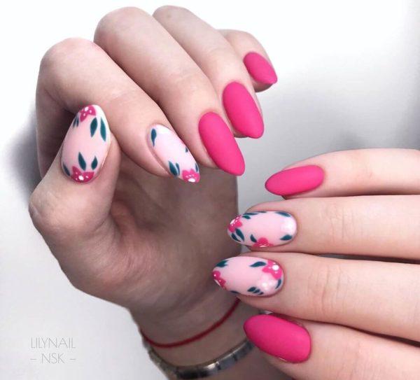 Розовый матовый маникюр с цветами