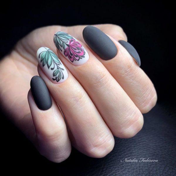 Серый матовый маникюр с цветами