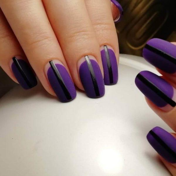 Фиолетовый матовый маникюр с полосками