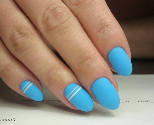 Голубой матовый маникюр с полосками