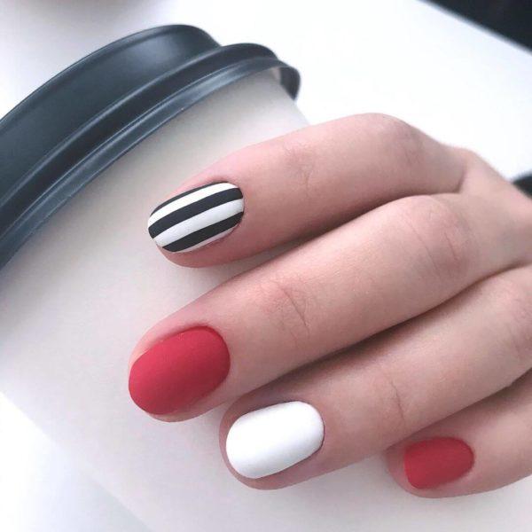 Матовый маникюр с полосками на коротких ногтях