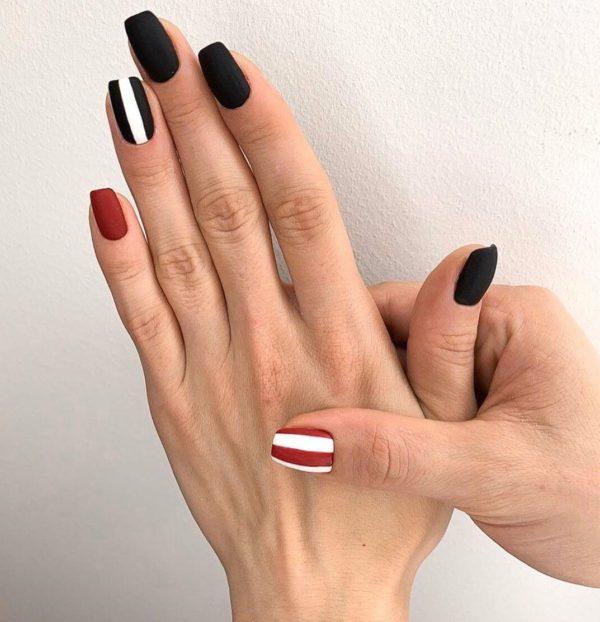 Черно-красный матовый маникюр с полосками