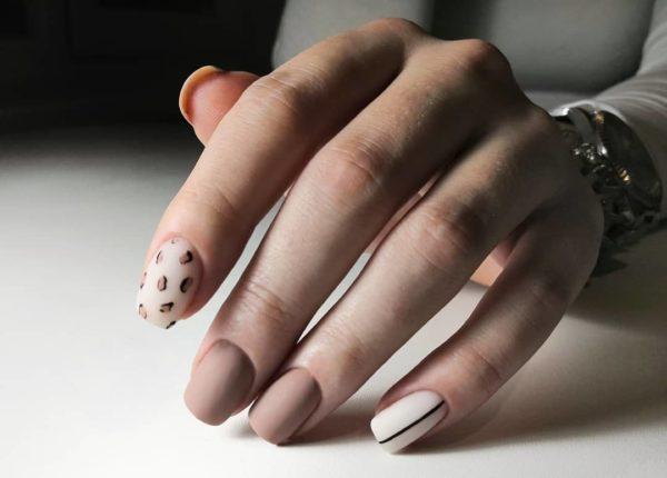 Матовый маникюр с полосками и животным принтом