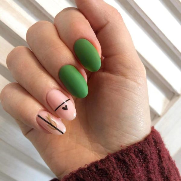 Зеленый матовый маникюр с полосками