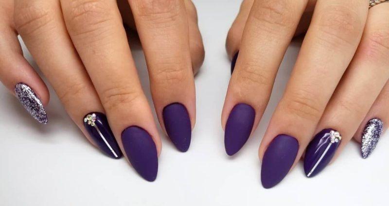Матовый фиолетовый маникюр со стразами