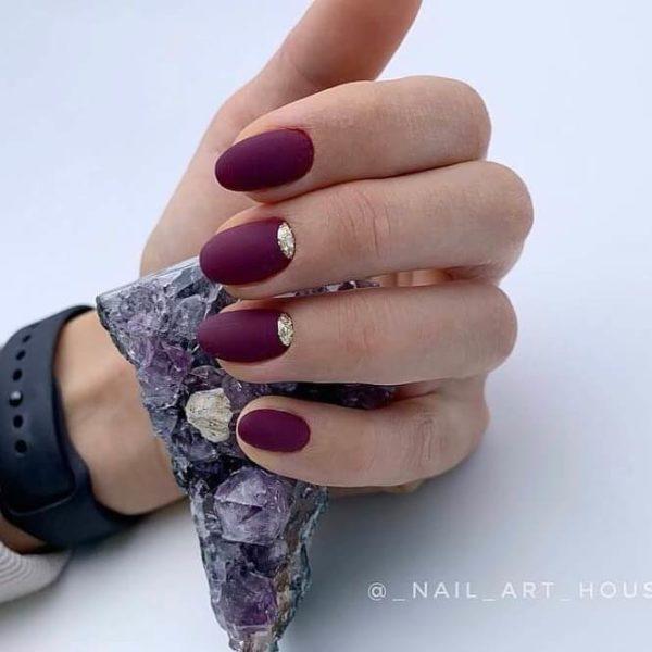 Матовый маникюр в бордовом цвете