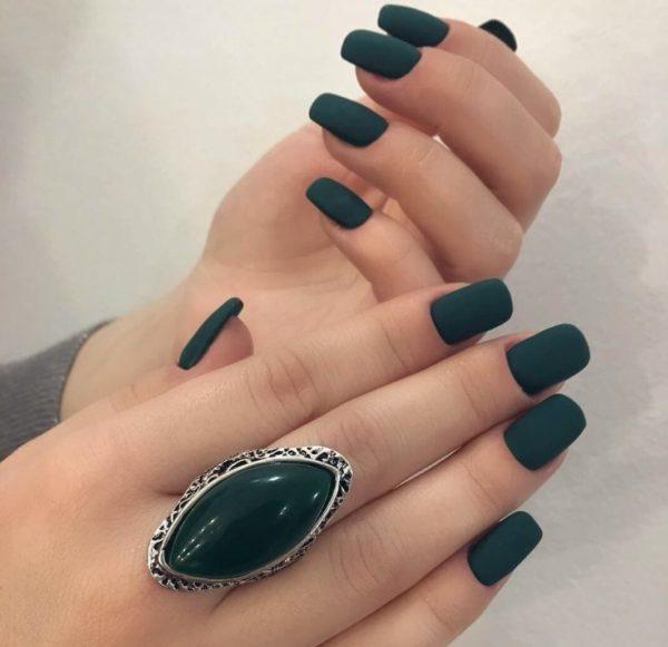 Матовый зеленый маникюр на короткие ногти