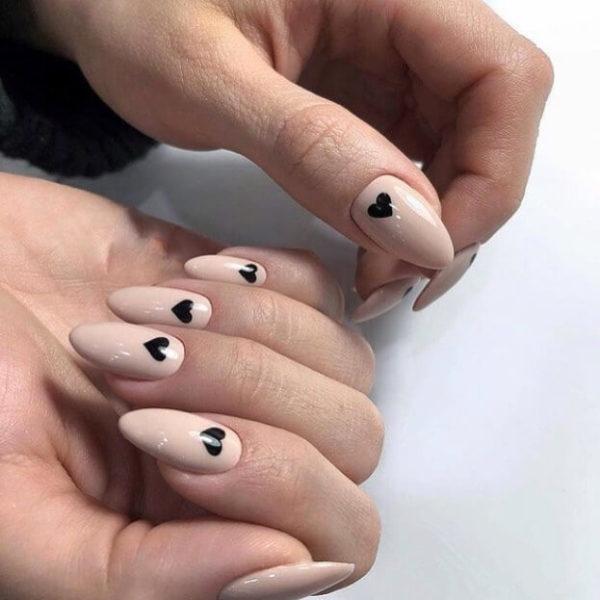 Бежевый милый маникюр на длинные ногти