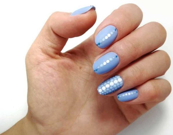 Голубой милый маникюр с полосками