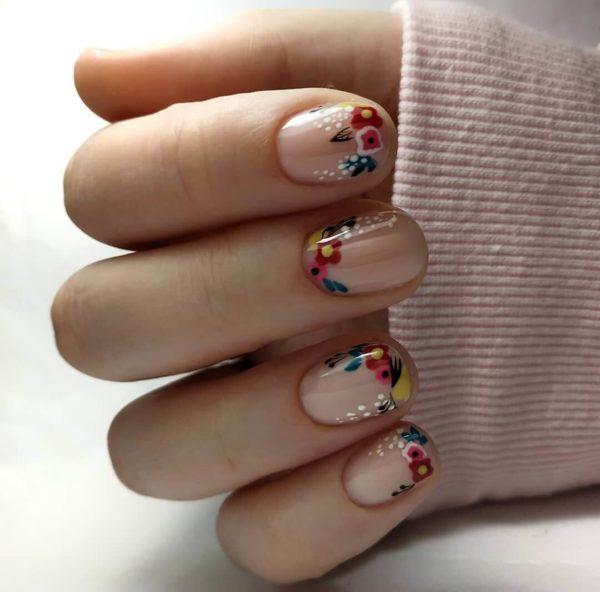 Милый маникюр на короткие ногти с цветами
