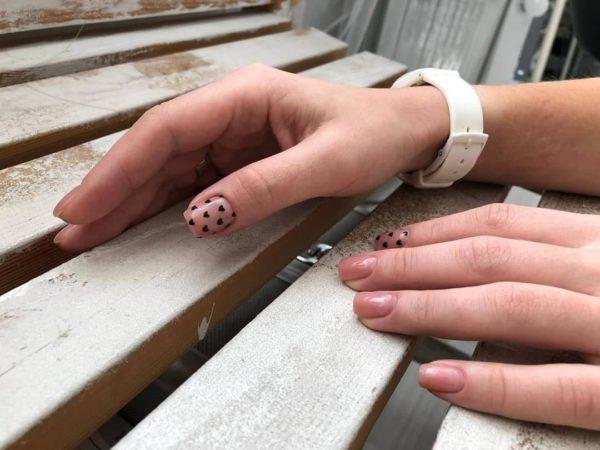 Милый маникюр на короткие ногти с сердечками