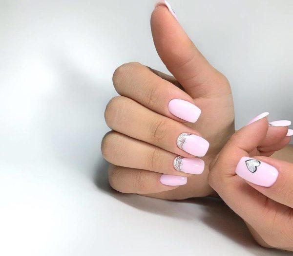 Розовый милый маникюр с блестками