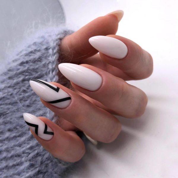 Маникюр в стиле минимализм с молочным фоном