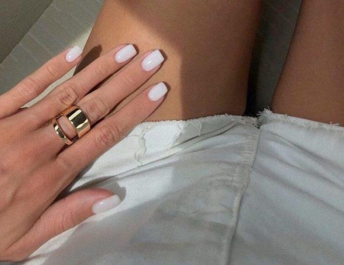 Идеи для молочного маникюра на короткие ногти