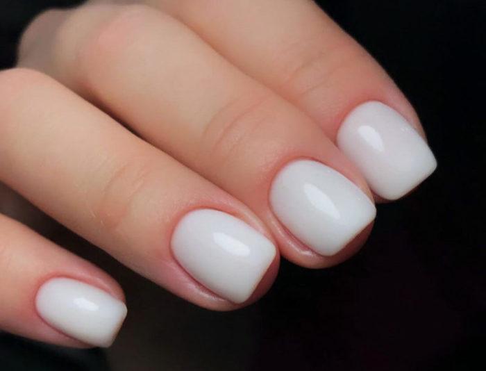 Классический молочный маникюр на короткие ногти