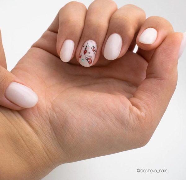 Молочный маникюр с рисунком на 1 пальце