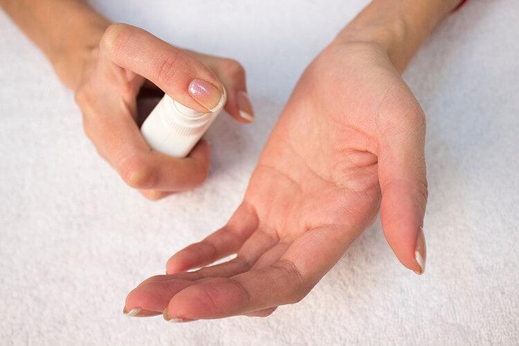 Нанесение антисептика перед массажем