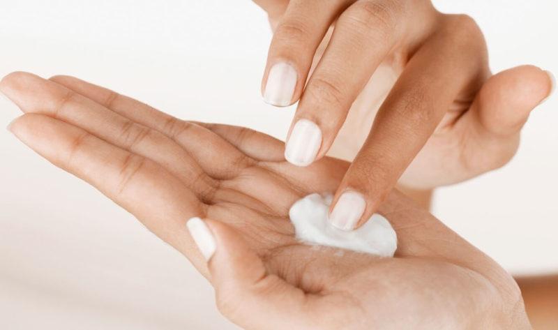 Нанесение крема для массажа на руки