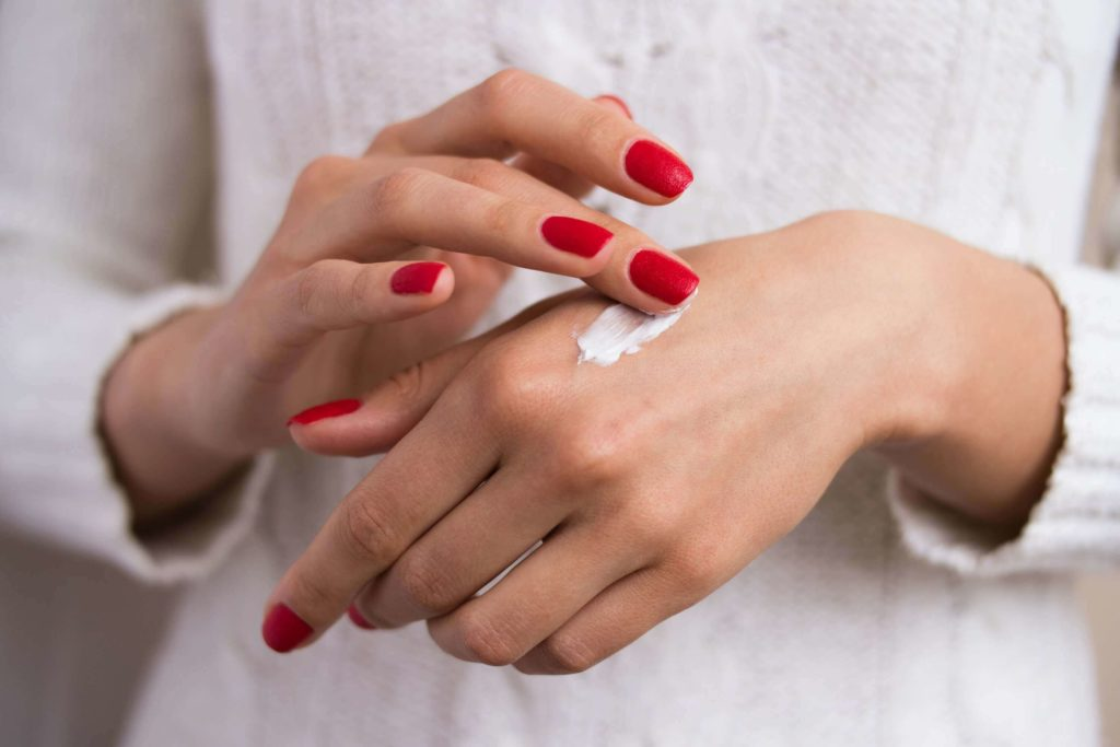 Нанесение крема для питания и защиты кожи рук