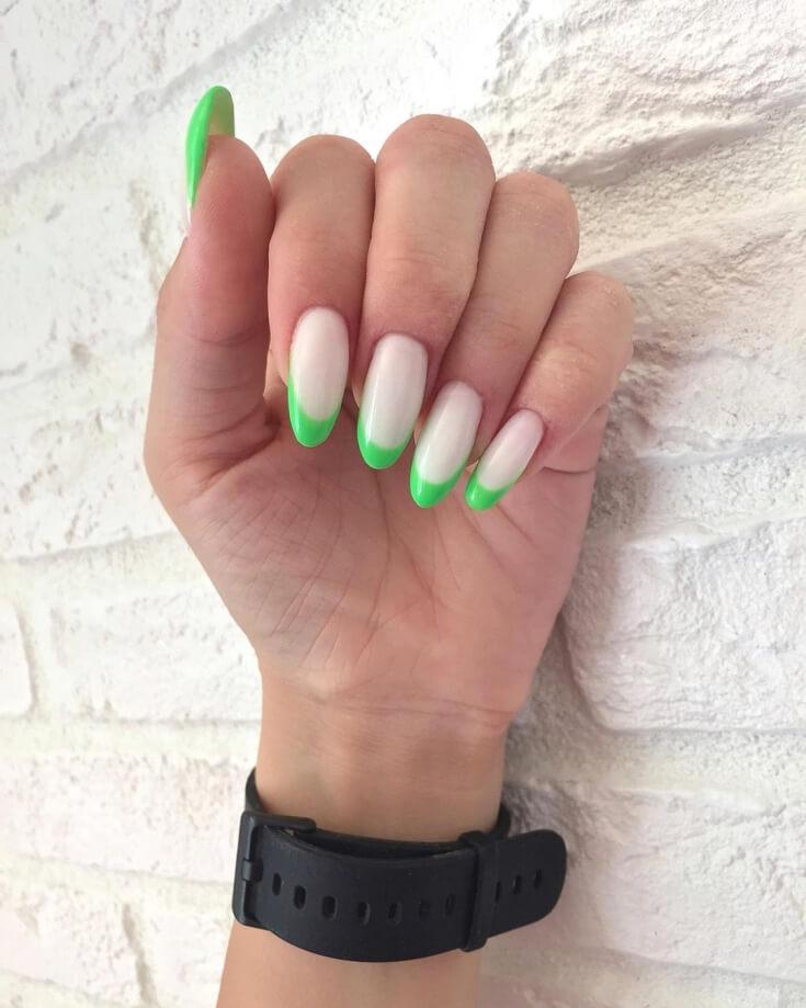 Неоновый маникюр с зелеными кончиками
