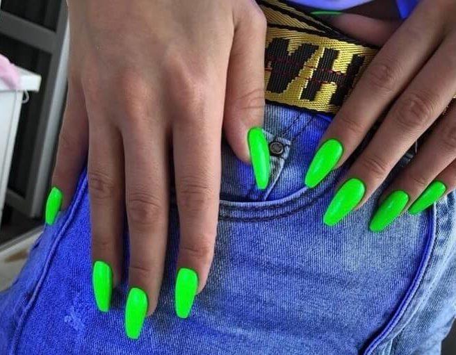 Зеленый неоновый маникюр на длинные ногти
