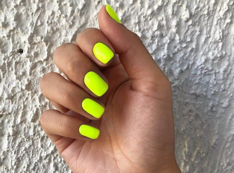 Неоновый маникюр на короткие ногти желтым