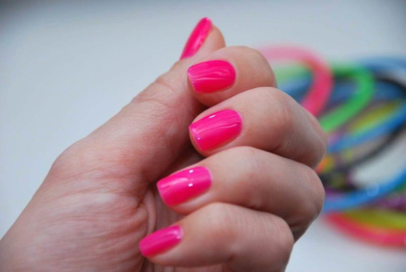 Розовый неоновый маникюр на короткие ногти