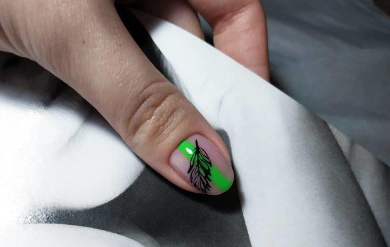 Неоновый маникюр с рисунком листок